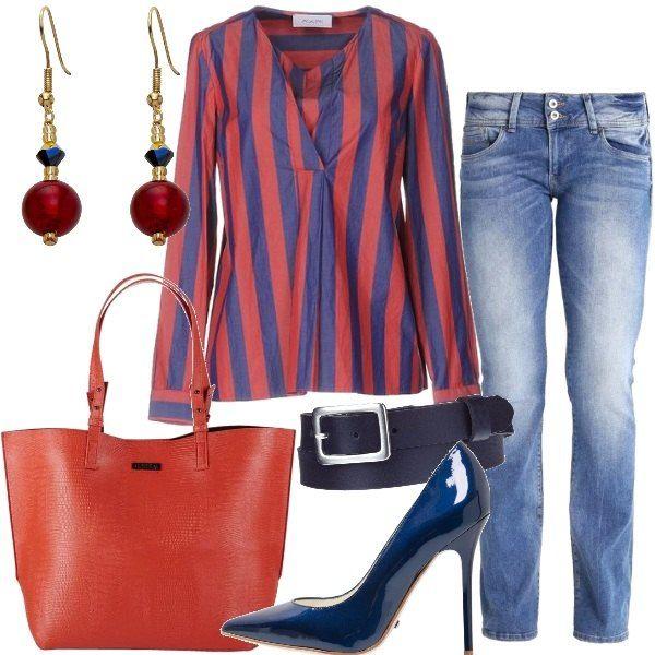 Jeans+a+vita+bassa,+abbinati+ad+una+cintura+in+pelle+blu+e+ad+una+camicia+in+cotone,+con+scollo+a+V,+stampa+a+righe+e+maniche+lunghe.+Ho+scelto+una+décolleté+blu,+in+pelle,+a+punta+e+con+tacco+a+spillo,+una+shopping+bag+in+tessuto+con+chiusura+magnetica+e,+per+concludere,+un+paio+di+orecchini+con+pendente,+in+vetro+e+oro+placcato.
