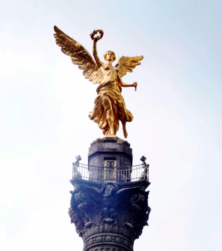Ángel de la Independencia.   Inaugurado en 1910 para conmemorar el Centenario de la independencia de México por el entonces presidente de México, Porfirio Díaz, es uno de los monumentos más emblemáticos de la urbe.  http://www.arduinna.com.mx/pdf/mex_es.pdf