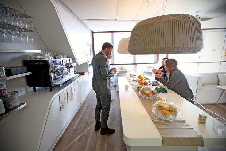 Negli uffici italiani di Linkedin, al 19esimo piano di uno dei grattacieli di Porta Garibaldi a Milano; una delle aziende dove il lavoro agile è