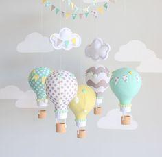Genre neutre bébé mobile, montgolfière, voyage thème décor de pépinière. Aqua, jaune, gris chaud ballons à air chaud pour une pépinière non