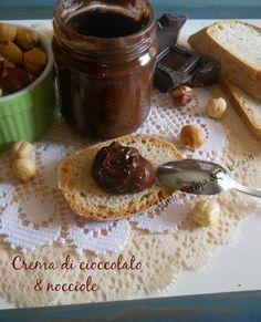 Crema spalmabile di cioccolato e nocciole.Ricetta senza latte