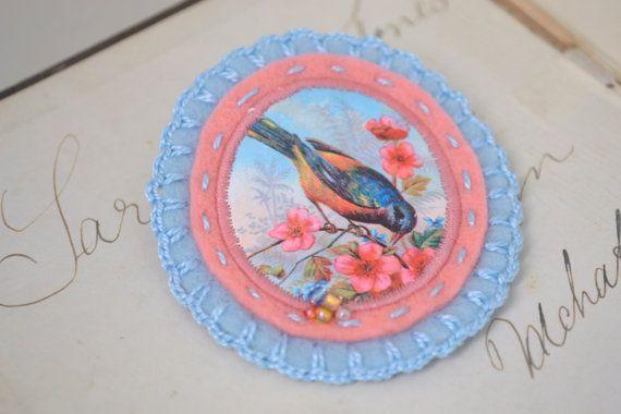 vilten broche met vogel - roze en lichtblauw - handgemaakt - pastel tinten