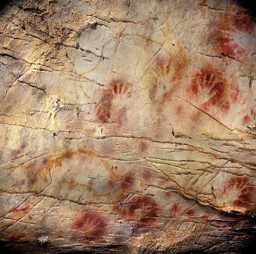 Algunas siluetas de manos, realizadas soplando pigmento alrededor, de la cueva de El Castillo (Cantabria)