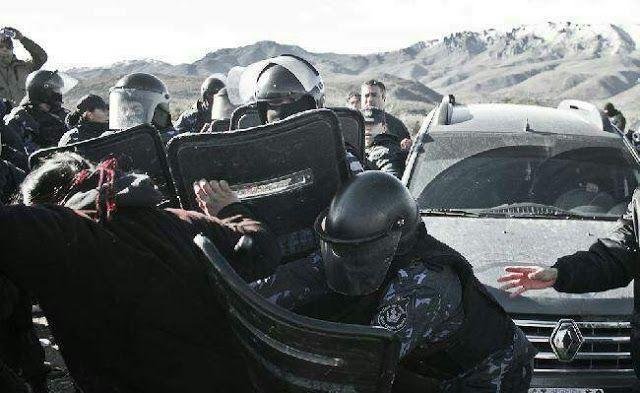 """REPRIMEN A COMUNIDAD MAPUCHE EN CHUBUT: """"ESTA ES UNA MILITARIZACION PAGADA POR BULLRICH Y BENETTON""""   """"Queda claro que los dueños de la Patagonia no son los argentinos sino los empresarios extranjeros""""Doscientos efectivos de Gendarmería Nacional invadieron esta mañana las tierras de la comunidad Pu Lof en el departamento de Cushamen provincia de Chubut disparando balas de goma y dejando varios heridos y detenidos. Desde la comunidad denunciaron la connivencia de los gobiernos nacional y…"""