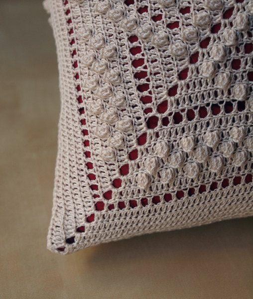 Esto una almohada de 14 con dos cuadrados de ganchillo cosida juntos sobre ella. El patrón utilizado es uno de mis propios. La almohada en la foto ya ha encontrado un nuevo comprador de casa, para seleccionar los colores que desean. Hora actual de construcción es 3-4 semanas.