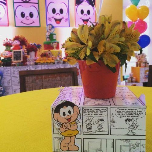 No centro da mesa dos convidados, caixas de MDF adesivadas serviram como suporte para o arranjo feito com alstroemérias amarelas e tango. O bufê foi servido pela empresa Fernanda Lima Cerimonial (www.facebook.com/cerimonial.fernandalima)
