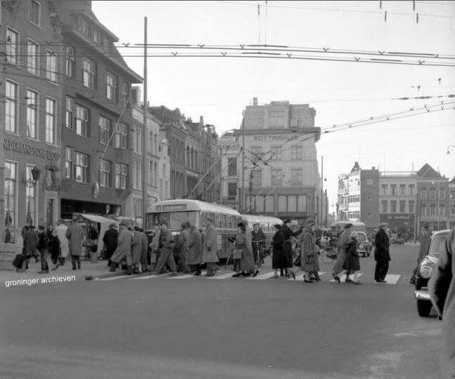 Grote Markt zuidzijde met voetgangers op de zebra in de Gelkingestraat, 1956