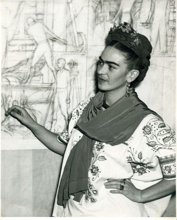 Frida Kalho.  Frente al boceto del panel central del mural Pan American Unity, en el Auditorio del San Francisco City Collage. California, 1940.