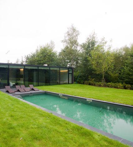 Hvh-architecten zijn doelbewust niet geïnteresseerd in trends en hippe architectuur, maar trachten een tijdloosheid in hun ontwerpen op te nemen, waardoor het lijkt alsof alles nooit anders was. Die tijdloosheid komt ook met veel zorg en finesse tot uiting in deze nieuwbouwwoning.  http://entrr.be/ruimtes/993/zwembad/in-lijn-met-het-groen
