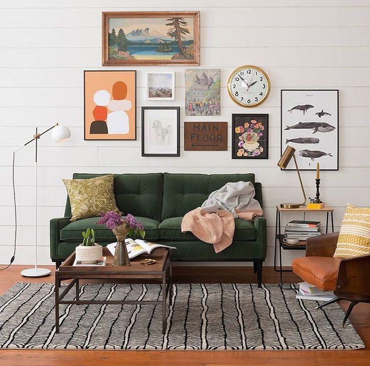 salon old school et cosy: canapé vert bouteille, fauteuil vintage et accumulation de cadres au mur