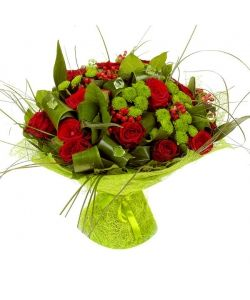 Букет цветов из красных роз, зеленой хризантемы и красного гиперикума  №5 с…