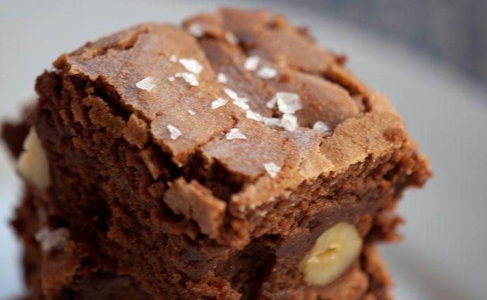 Lækre hjemmebagte brownies med chokolade og nødder - Få her en virkelig god opskrift på brownie - prøv den og nyd chokoladelækre kager
