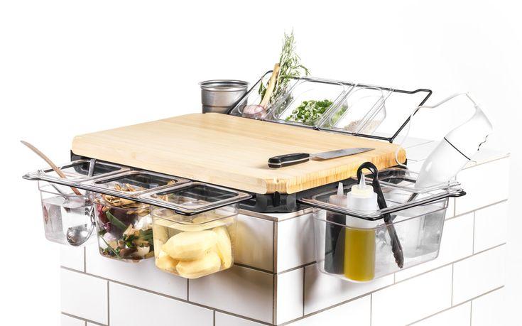 Das Frankfurter Brett ist die erste Werkbank für die Küche. Es ist im Prinzip ein Schneidebrett, an dem über ein patentiertes ausziehbares Bügelsystem Behälter für Schnittgut, Abfall und Arbeitsgerät direkt und nahtlos an die Arbeitsfläche angehängt werden können. Das ermöglicht einen intuitiven und sauberen Workflow in der Küche: Keine kleinen rutschigen Schneidebretter mehr, kein Durcheinander [...]