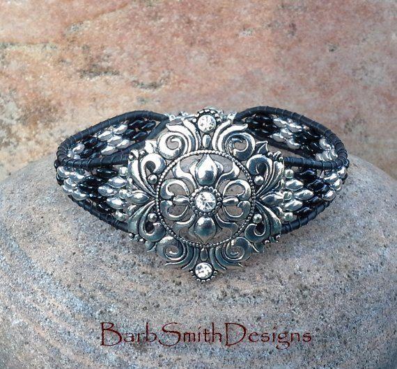 Nero argento pelle involucro rococò Bracciale di BarbSmithDesigns