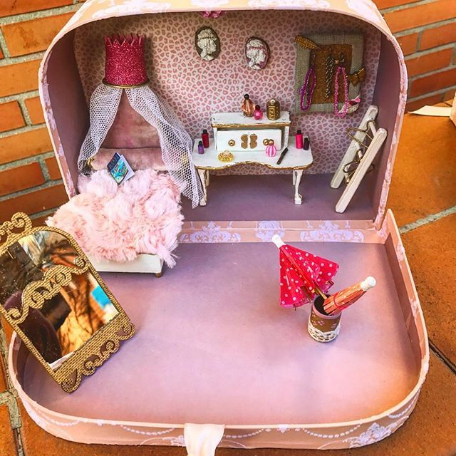 Más perspectivas🤗. Atención a los detalles #setup #umbrella #mirror #valentinday #lamp #lipstick #bed #coqueta #colliers #jewelry #book #andsoon #sylvanianlovers #hechosamano #madeinspain #miniatura #pullip #barbie #diorama #haveaniceweekend #knitting #crochet