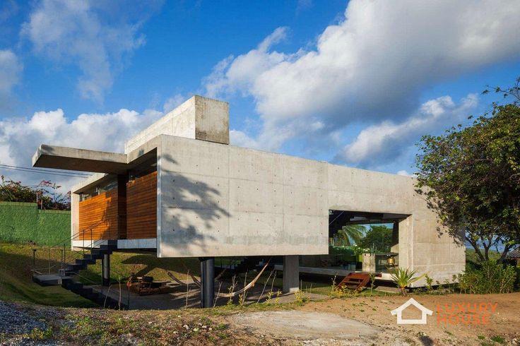 Концептуальный дом в Бразилии  Дизайнеры компании Escritorio Yuri Vital в 2015 году завершили работу над проектом Two Beams House. Это частная резиденция, расположенная в Тибау-ду-Сул, Бразилия. В проектировании архитекторы с помощью различных уровней и противоборствующих элементов добились своей цели – широкое пространство. Причем, каждая часть резиденции обеспечена хорошим видом, вентиляцией и естественным освещением.   Больше фото - http://luxury-house.org/kontseptualnyj-dom-v-brazilii/