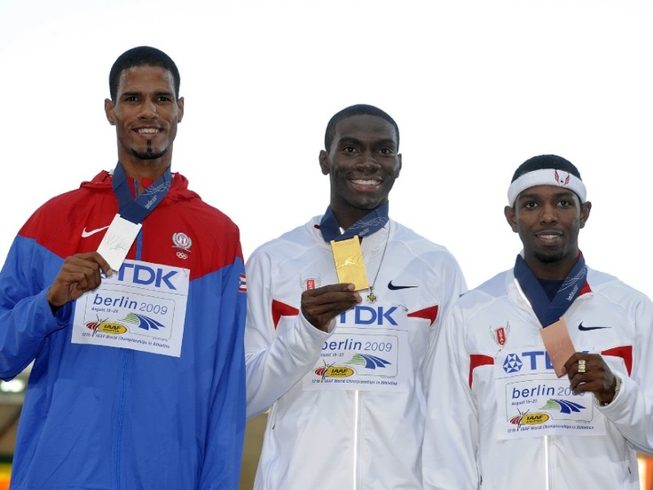 8.En agosto de 2009, el vallista alcanzó medalla de plata en la final de los 400 metros con valla del Campeonato Mundial de Atletismo celebrado en Berlín, Alemania. (AP/Anja Niedringhaus)