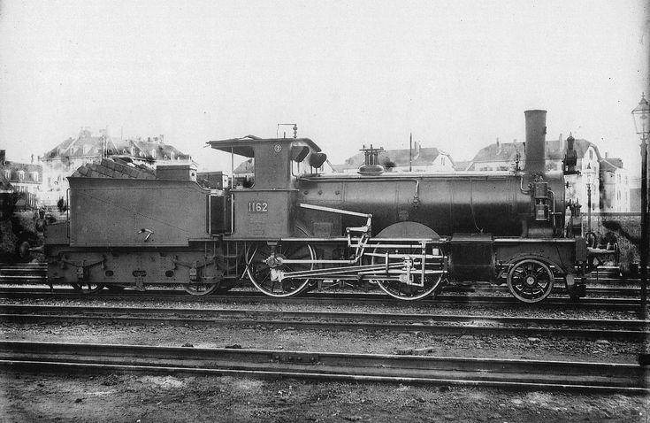 Schlepptender-Locomotive Nr. 1162 des Typs B 2/3 der Schweizeriſchen Bundesbahnen, bis 1902 A2T Nr. 52 der Schweizeriſchen Nordoſtbahn, gebaut 1892 inn der Schweizeriſchen Locomotiv- und Machinen-Fabrique zů Winterthur (Fabr.-Nr. 764), 1927 außer Dienſt geſtellt und anſchließend abgebrochen; aufgnommen um 1903 im Fahrzeug-Dépôt F zů Zürich.