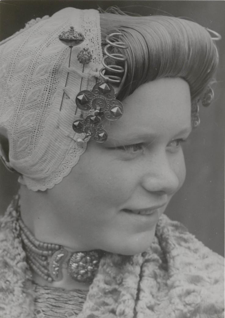 Adriana van Belzen in Arnemuider streekdracht. Ze draagt de zondagse dracht, zonder de bovenmuts.