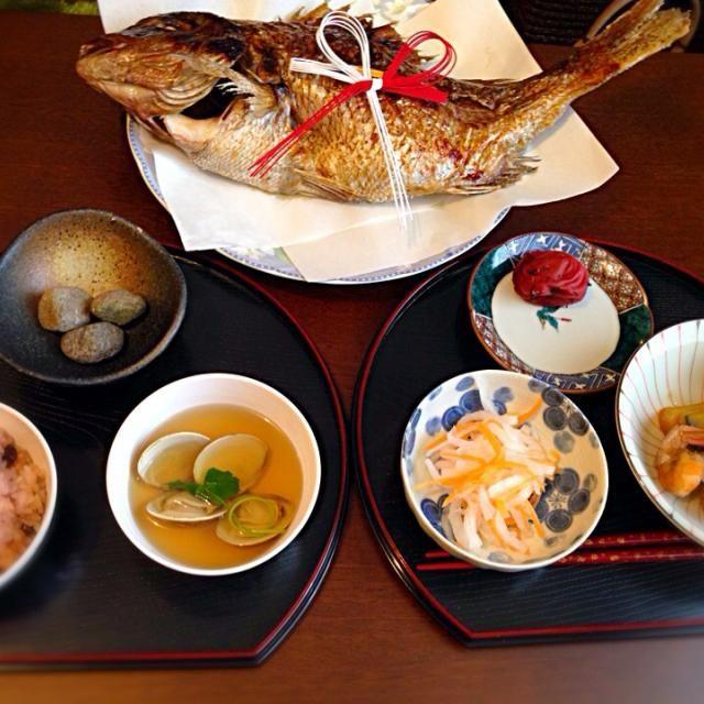 娘が一生食べ物に困りませんように。楽しくご飯を食べてくれるといいな(*´∀`*) - 35件のもぐもぐ - お食い初めお煮しめ紅白なますハマグリのお吸い物赤飯梅干鯛 by mocha511