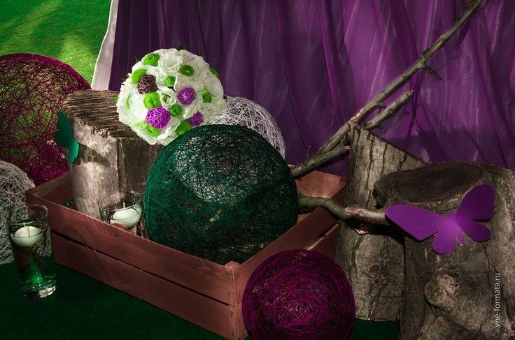 Изумрудно-фиолетовая свадьба с бабочками и природными элементами