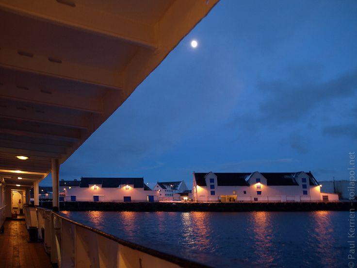 navires hurtigruten | 3ème jour de navigation à bord du MS Nordstjernen  - Escale à Stamsund  aux Lofoten  © Paul Kerrien http:toilapol.net