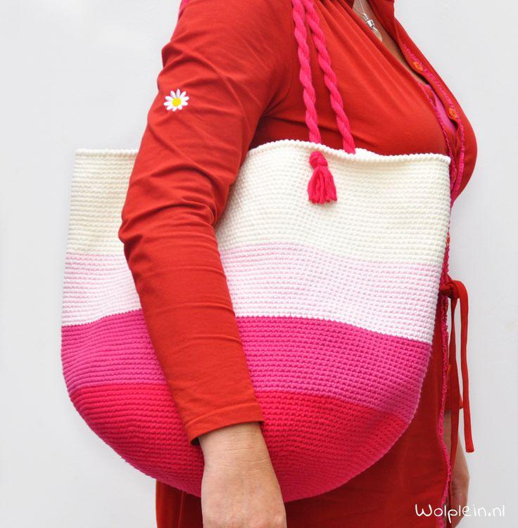 De strandtas haken? Deze royale shopper is hip, trendy en ideaal voor het strand. Combineer je favo kleuren en maak \'m nu! Bekijk hier het gratis patroon.