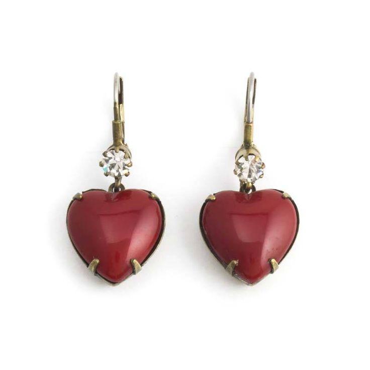 Rode oorbellen in vintage stijl met hartvormige keramieke hanger en kristal aan de oorhaak.