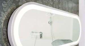 Badkamer spiegels mogen tegenwoordig groot zijn en geïntegreerde LED verlichting maakt de zaken alleen nog maar helderder.