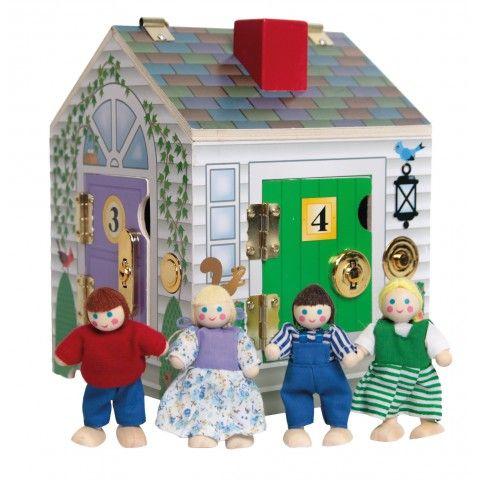 MAISON AUX 4 SERRURES HOP330  Cette maison a plusieurs entrées ! Montrez à l'enfant le trousseau de clé qui lui permettra d'ouvrir l'ensemble des portes verrouillées et de découvrir des petits personnages à l'intérieur. En plus des serrures rigolotes, il y a aussi des sonnettes avec plusieurs sons différents ! Contient 1 maison et 4 figurines. Dim. 23 x 17 x 17 cm. Dès 3 ans.