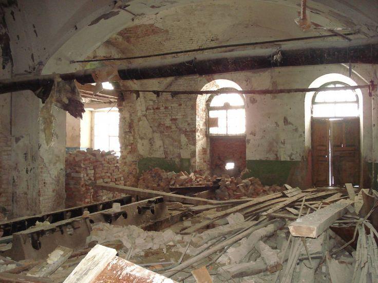 Православный Храм в честь Успения пресвятой Божией Матери. Церковь восстанавливается на пожертвования, по молитвам монахов из монастырей, перед иконами.