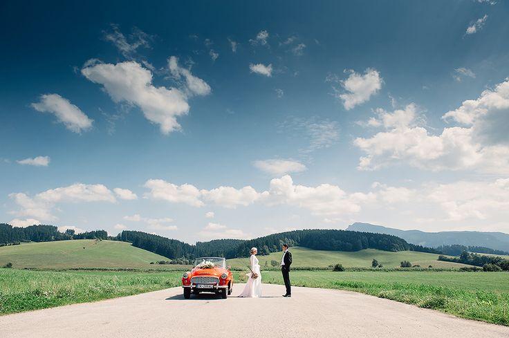 Wedding shot with Škoda Felicia (1959–64) convertible oldtimer/ Svadobná fotografia s veteránom Škoda Felicia.