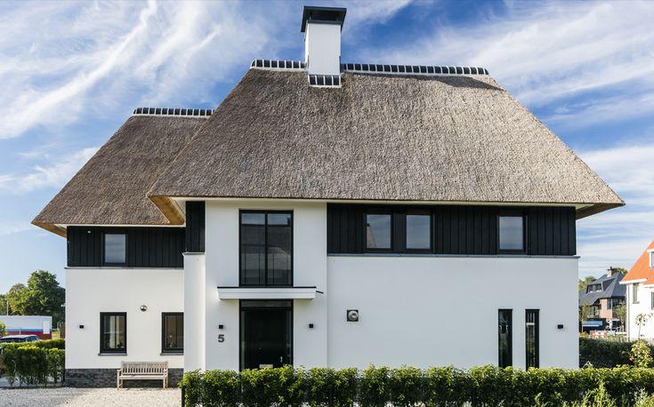 moderne-rietgedekte-villa-wit-gestuukt-met-donker-potdekselwerk