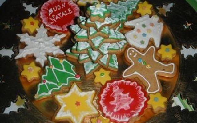 come fare dei biscotti decorati a tema natalizio A casa mia Natale significa anche biscotti, decorati e natalizi: alberi di natale, pupazzi di neve, stelle comete. Ho iniziato quando mio figlio era piccolo e non abbiamo più smesso.   Forno acceso c #ricetta #dolci #biscotti #natale