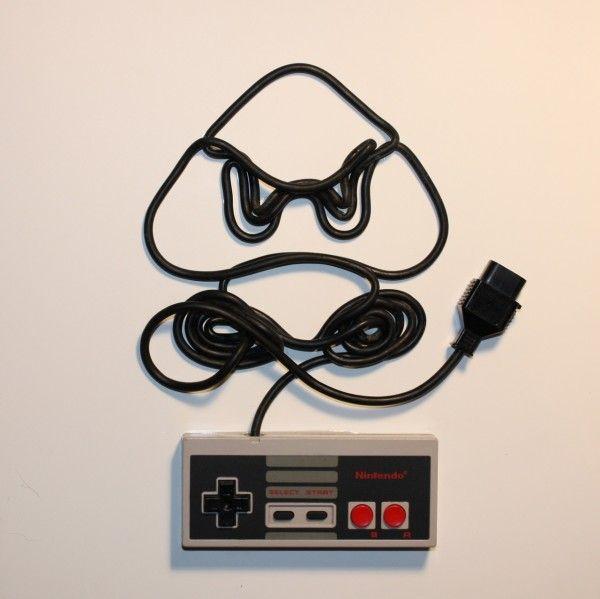 Des personnages de jeux vidéo représentés à l'aide du câble d'une manette NES   Le Journal Graphic