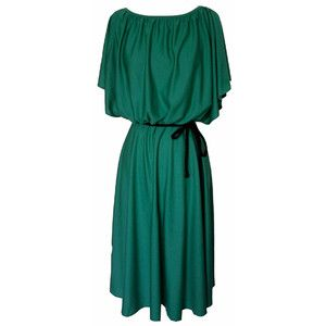 Lovely jade green dress, wish i could pull it off:)