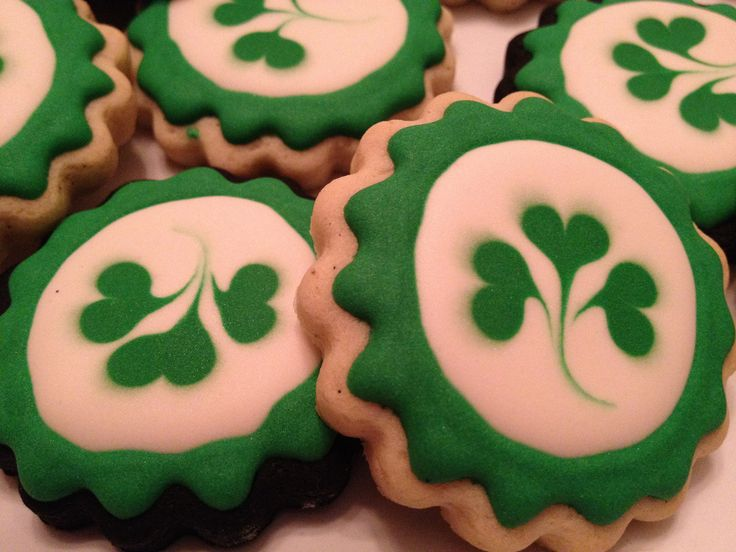 OMG!!  These are the sweetest St. Patrick's Day cookies I've ever seen!  I totally have to make these!!