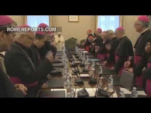 """""""El Papa sigue preocupado por la grave situación en Oriente Medio. Por eso, convocó en el Vaticano a los nuncios y representantes pontificios en la zona para examinar cómo puede ayudar la Iglesia a los cristianos y a las minorías perseguidas por los radicales. [...] El Papa mostró su preocupación por el fenómeno del terrorismo y apuntó al tráfico de armas como el problema de fondo...""""."""