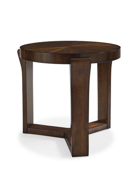 Великолепный и стильный приставной стол из коллекции Claire. Стол изготовлен из твердой породы тополя с применением шпона грецкого ореха и выполнен в каштановой отделке.             Материал: Дерево.              Бренд: Schnadig.              Стили: Классика и неоклассика.              Цвета: Темно-коричневый.