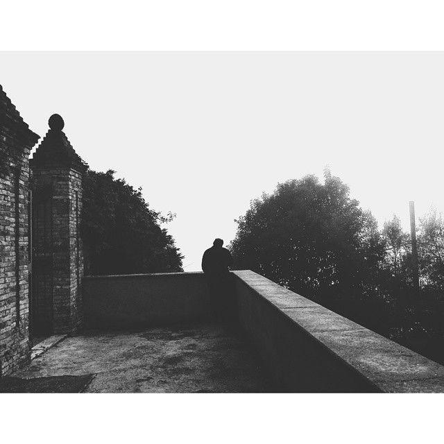 Nei giorni di nebbia puoi smettere per un attimo di guardare, puoi respirare, ed ascoltare… chiudi gli occhi e concentrati sulle tue sensazioni, perchè anche un giorno di nebbia non è per caso. {Stephen Littleword, Aforismi}