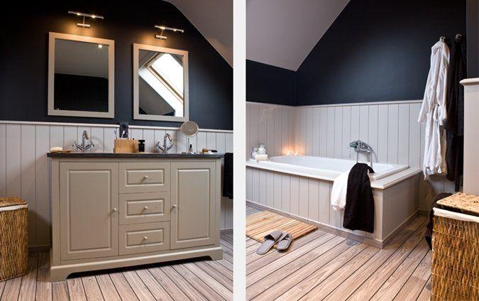 Een klassieke, landelijke badkamer met lambrisering