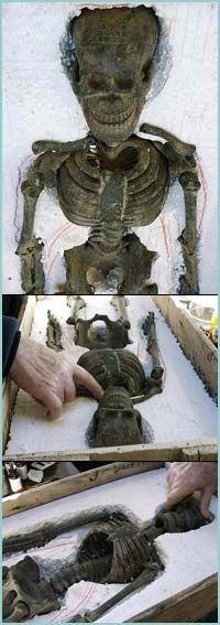 Este objeto tallado en piedra proviene de la región de China/Mongolia. Su antiguedad ha sido datada en el Neolítico, alrededor de los 2200 a 3500 años antes de Cristo. La inscripción en el cráneo es similar a las que aparecen en otros cráneos antiguos de roca del período Liangzhu.