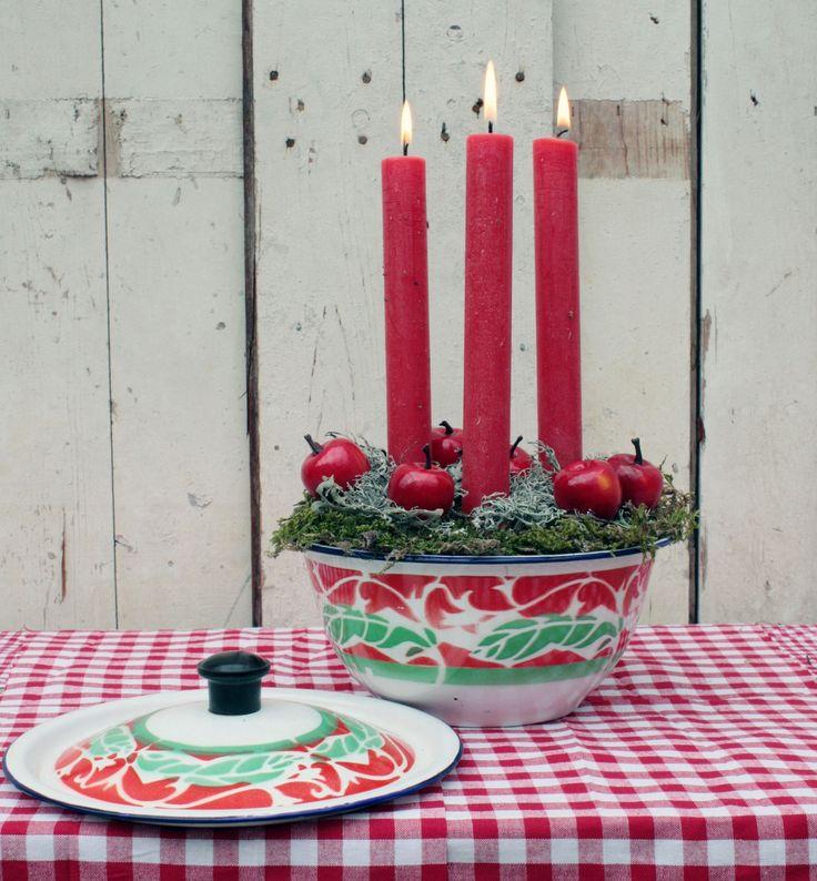 Maak de aankleding van je kersttafelhelemaal afmet een kerststukje! Bij Het Goed zijn allerlei blikken, bakvormen en schalen te verkrijgen waar je makkelijk een kerststukje van kan maken. Wat heb je nodig: – emailleblik, bakvorm ofschaal – groene oase – broodmes – kerstgroen – gekleurde kaarsen – decoratie, zoals appeltjes of besjes – eventueel rood/wit …
