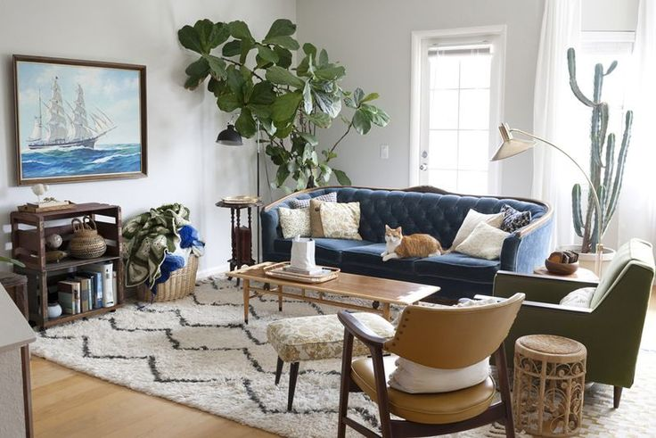Love this living room!! The plants and sofa are so good.
