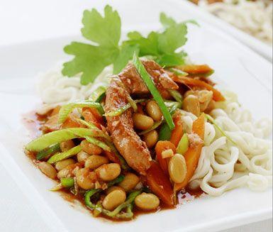 En underbar, snabblagad fläskfilégryta med sesam och sojabönor. Den goda smaken kommer av att köttet får koka med bland annat vitlök, hoisinsås, teriyakisås och färsk ingefära. Servera gärna med nudlar.
