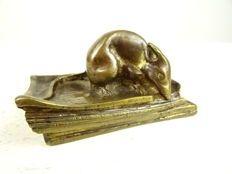 Bronzen sculptuur van een muis op een boek - Frankrijk - begin 20ste eeuw