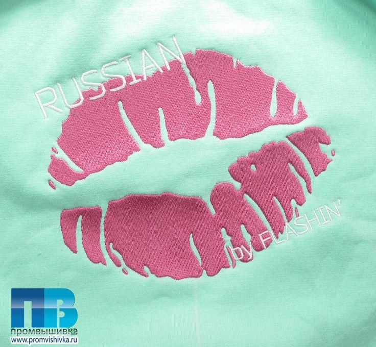 Машинная вышивка поцелуя на свитшоте #embroidery #kiss #russian #fashion