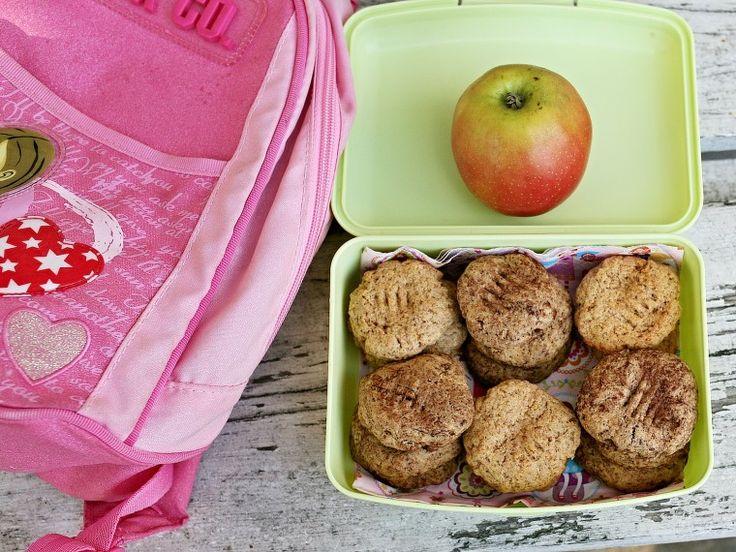Blíží se doba výletů a dovolených. Zrovna dnes Violka jela na svůj první výlet se školkou, tak jsem přemýšlela, co ji s sebou nabalit na cestu. Zvolila jsem tyto sušenky a doplnila je o jablko.