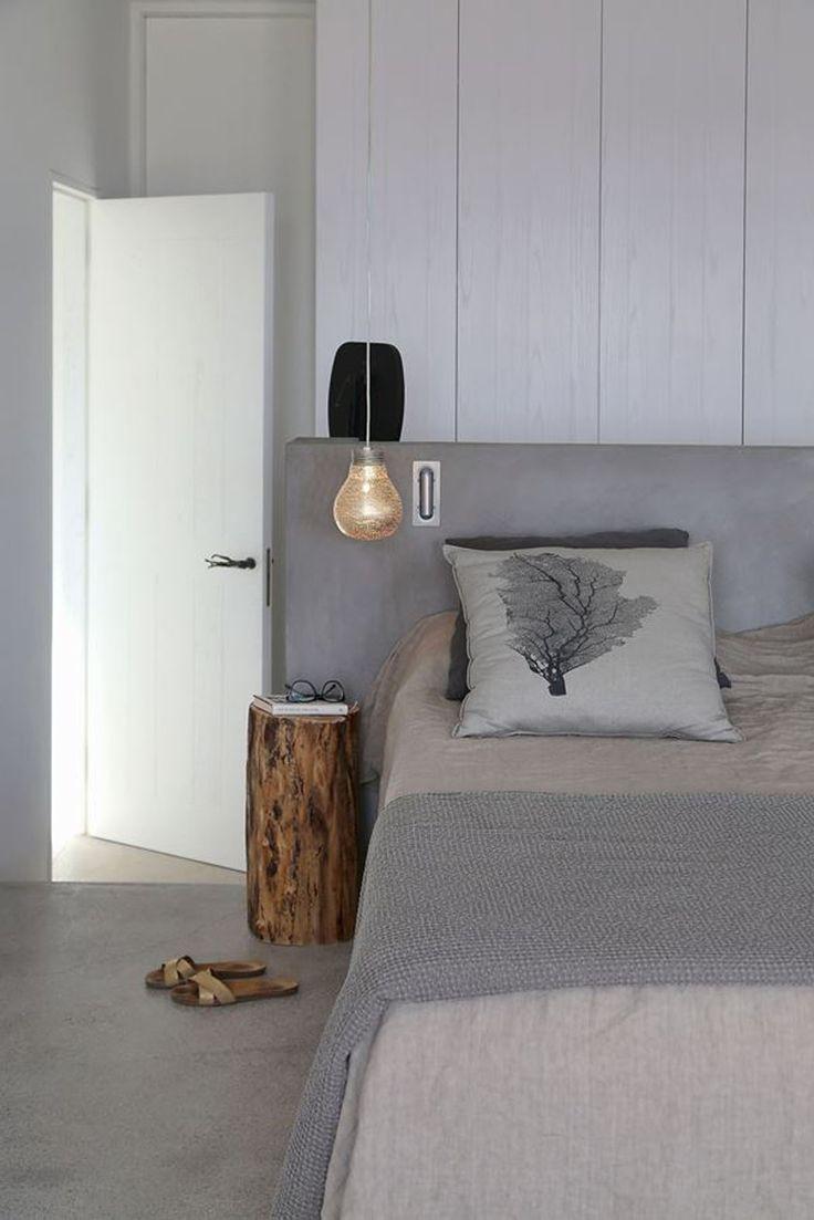 La chambre à coucher à la décoration monochromatique et épurée en gris/ blanc