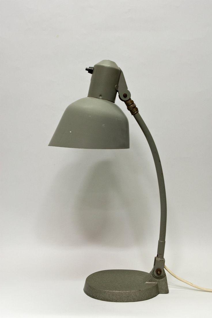 € 135.00 - Oude bureau verlichting, industriële uitstraling, strak model. Geheel grijs metaal met gietijzeren voet. Dateert uit ongeveer 1930.